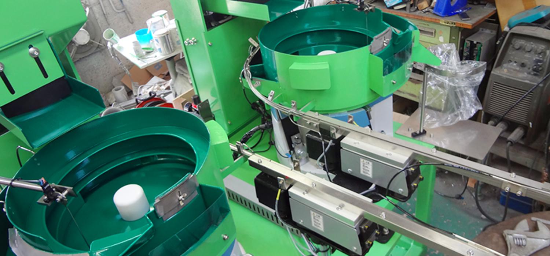 工場で製造中のパーツフィーダー