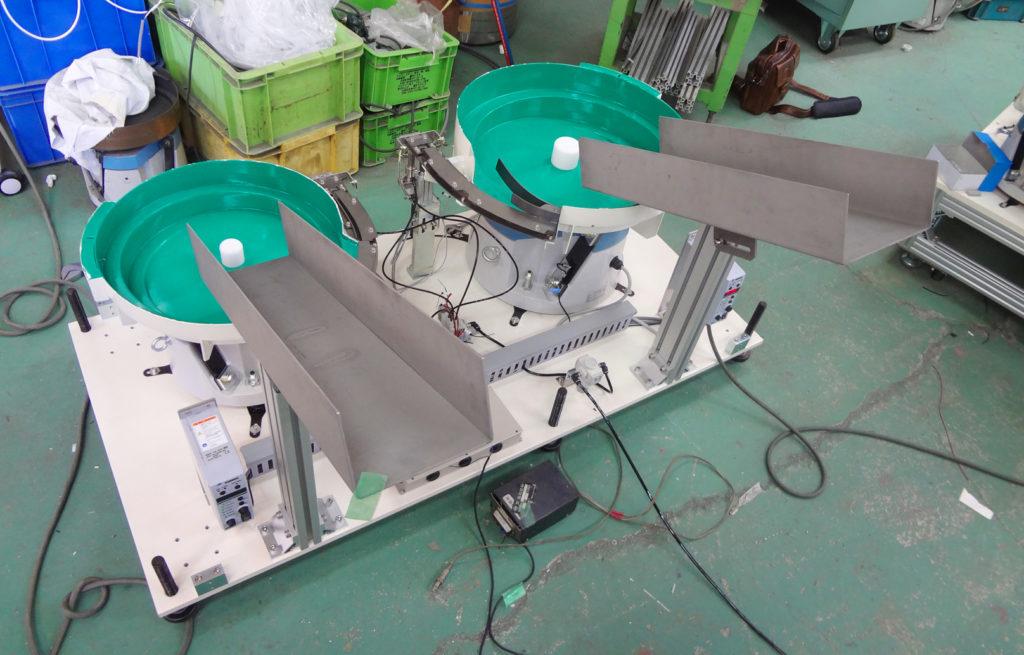 パーツフィーダーが2台のタイプでワークはナットです